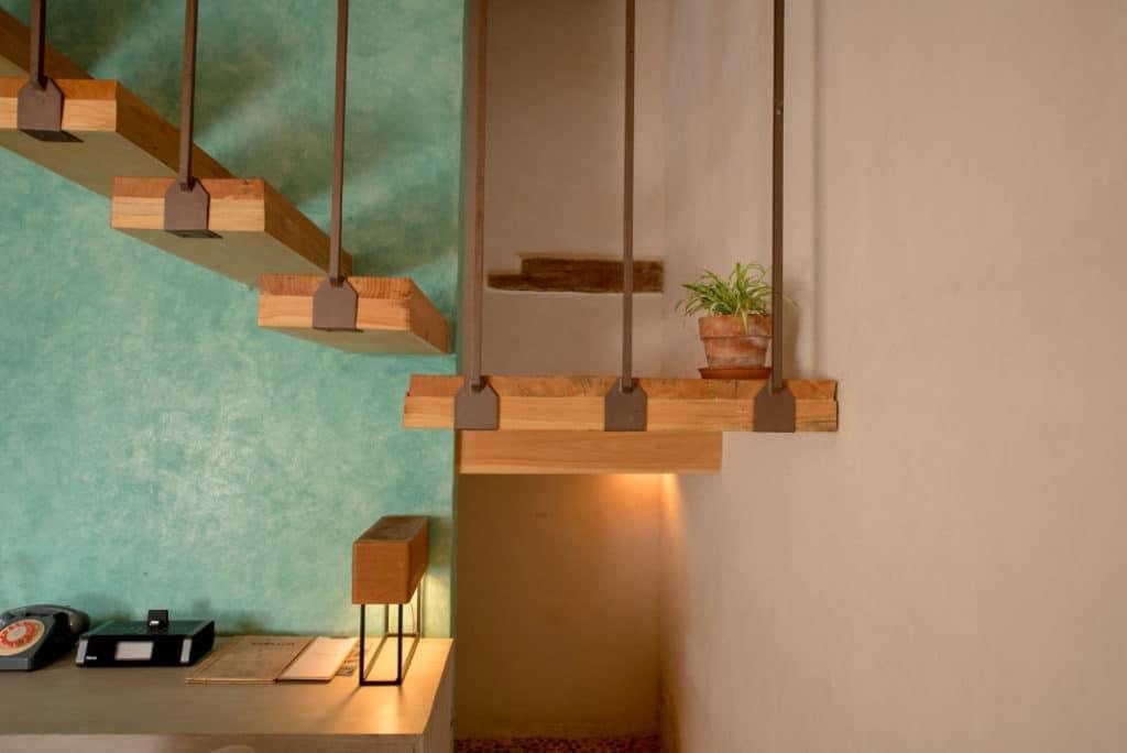 escaleras detalle lampara maceta
