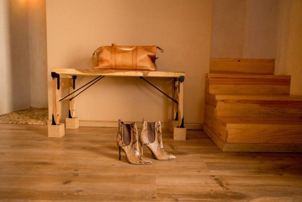 habitacion escaleras detalle zapatos maleta