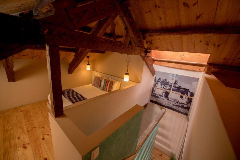 habitacion kool escaleras cama