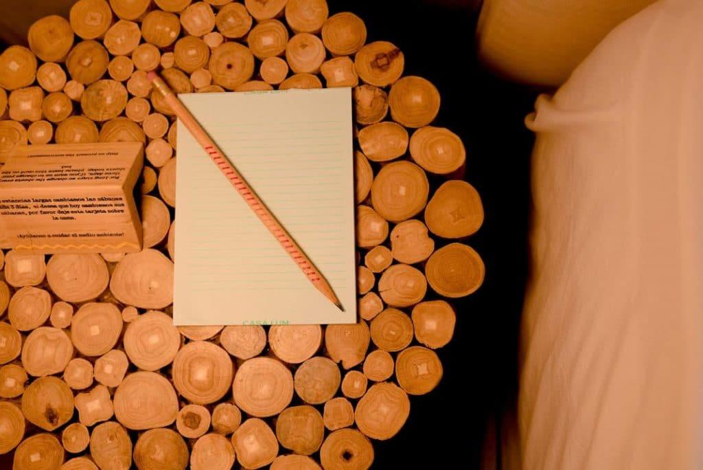 mesa madera lapiz libreta