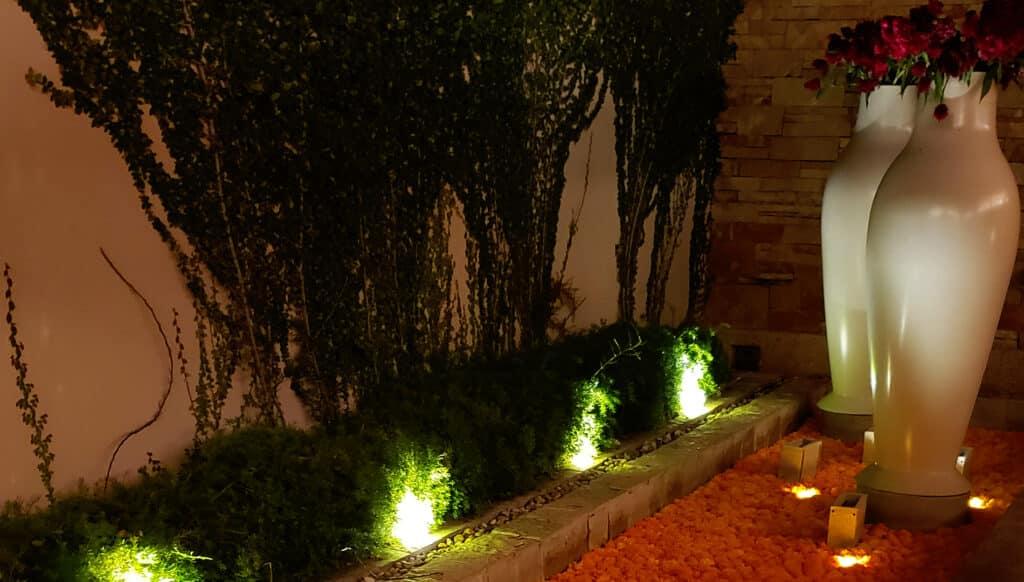 Espejo-de-agua-de-noche-decorado